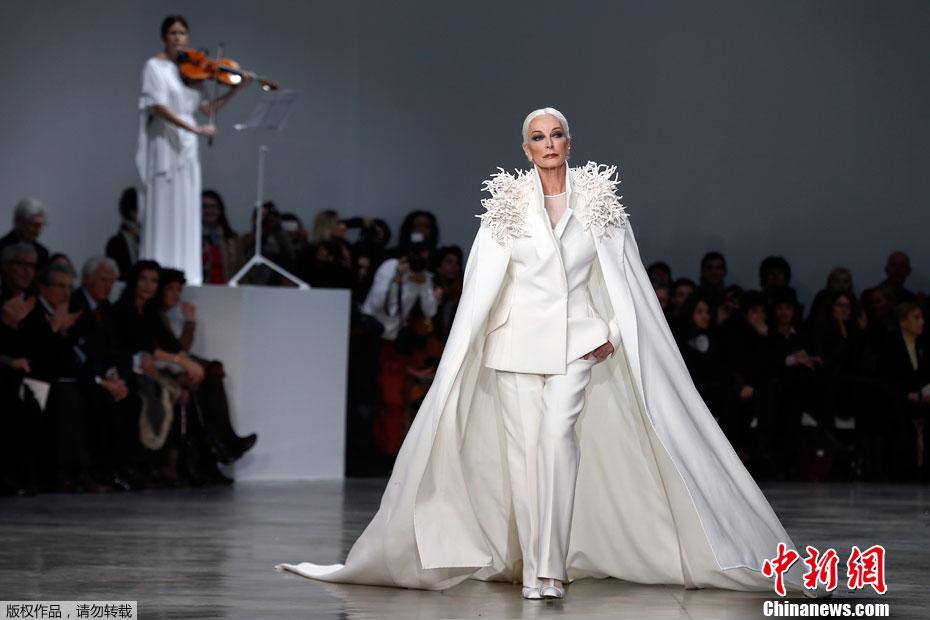 carmen dell 39 orefice le mannequin le plus g de la semaine de la mode de paris. Black Bedroom Furniture Sets. Home Design Ideas